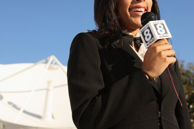 Los noticieros llevan información importante a los televidentes.