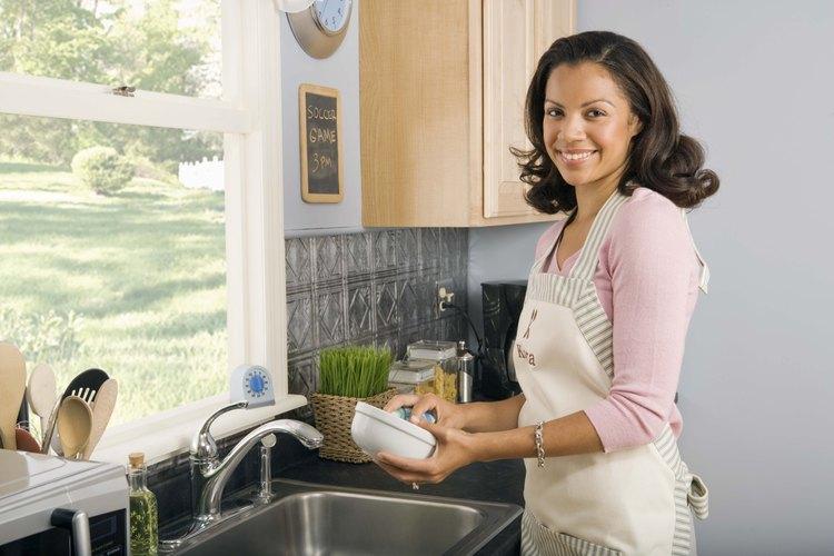 Utiliza limpiadores biodegradables, esponjas y estropajos.