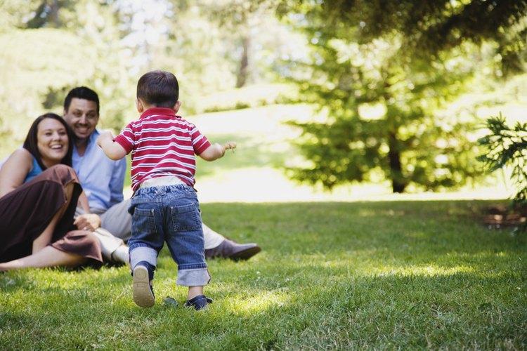 Una actividad en grupo puede ser la forma adecuada de presentar a tu novio con tu hijo.