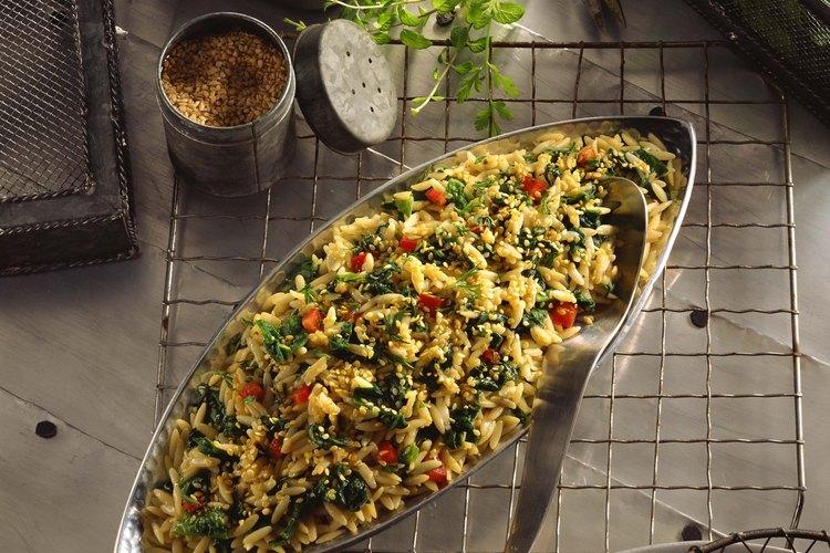 La pasta orzo se ve similar al arroz, pero técnicamente es una pasta.