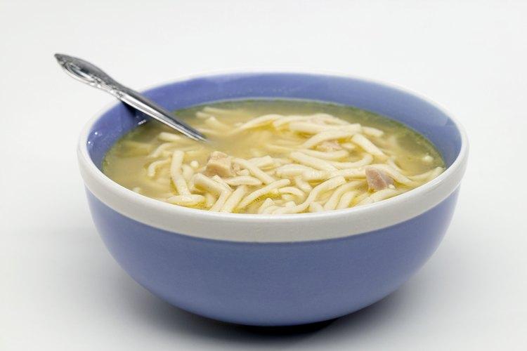La sopa de pollo con fideos es un tipo de sopa clara.
