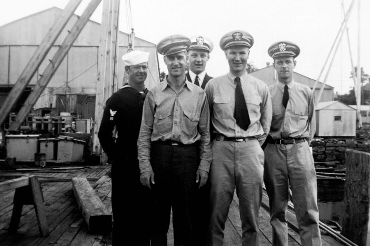 La escala salarial del Oficial oscila entre O-1, Alférez, a O-10, Almirante.