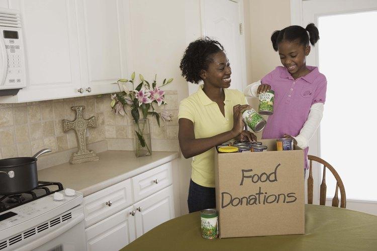 Algunas personas de bajos ingresos con niños pueden calificar para el crédito fiscal de salario o EITC.