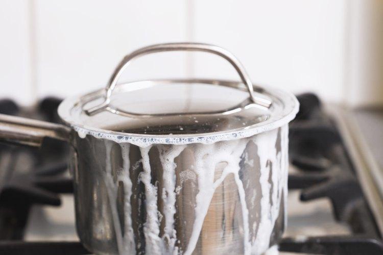 Aprende a limpiar una cacerola con leche quemada.