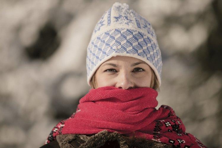 Acomoda tu bufanda alrededor del cuello y úsala para protegerte del aire frio en la boca.