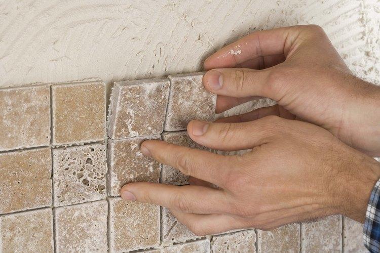 Reparar los azulejos por ti mismo te ahorra dinero.