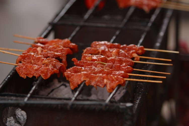 En el estilo Rodizio, las carnes suelen ser llevadas a la mesa en palillos