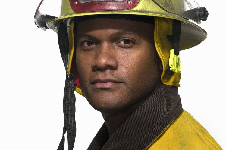 Los bomberos voluntarios deben pasar por un riguroso entrenamiento.