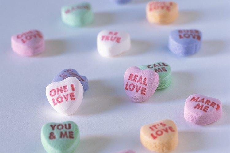 Compra varias bolsas de dulces en forma de corazones.