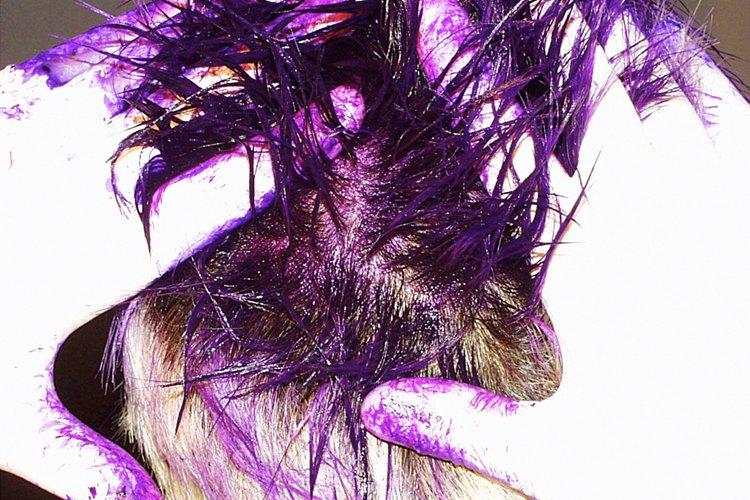 A los niños les gusta tener el cabello con colores brillantes en Haloween.
