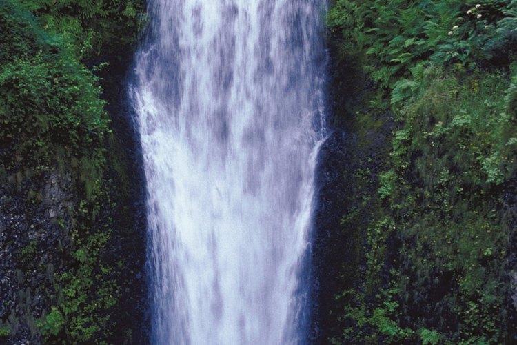 Realiza caminatas a espectaculares cascadas mientras acampas cerca de Helen.