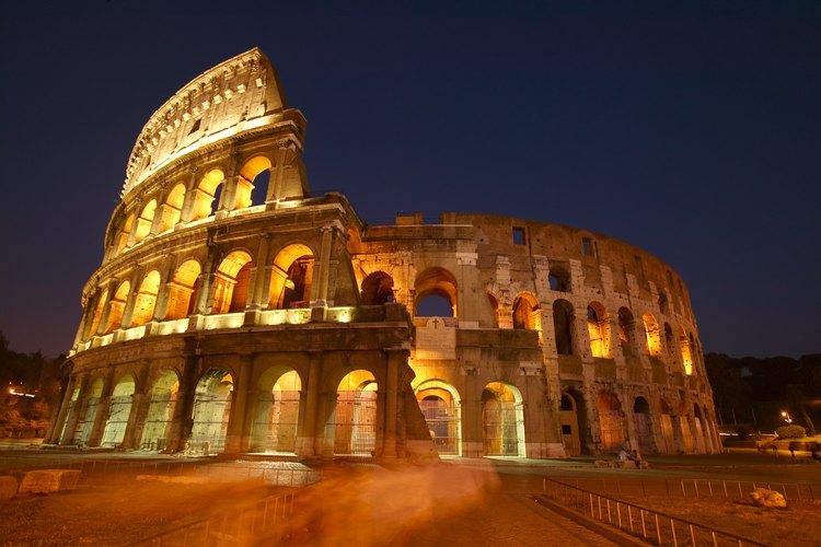 El Coliseo Romano en la noche.