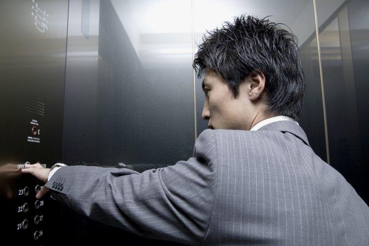 Estar atorado en un elevador puede ser aterrador, por ello es importante no entrar en pánico.