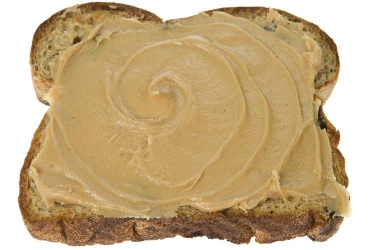 La mantequilla de maní aporta proteínas y tiene buen sabor.