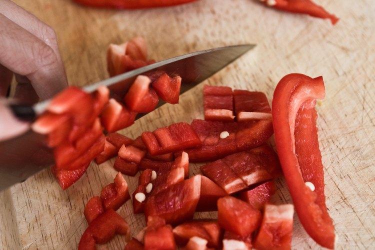 Un cuchillo de chef necesita sostenerse cerca del filo para asegurar un buen control.