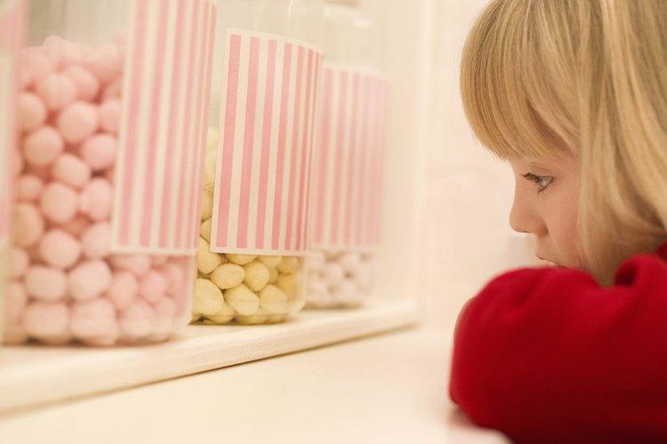 El dulce duro es un postre hecho de azúcar, jarabe de maíz, colorantes y saborizantes.