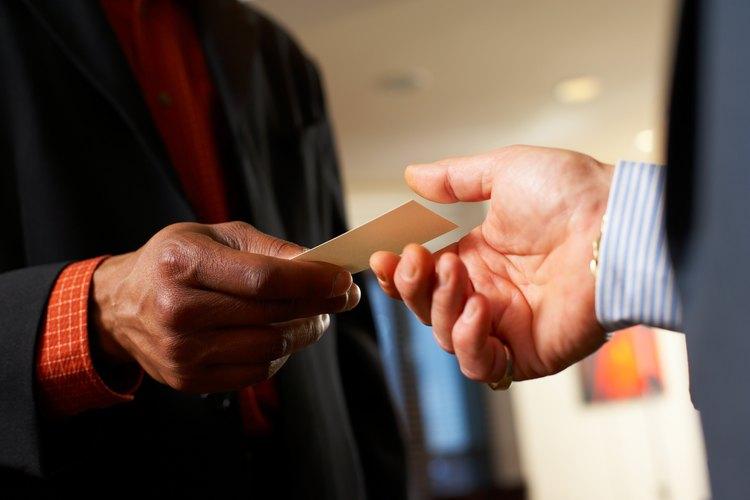 Establece una red de relaciones con todo tipo de profesionales que tengan que ver con los bienes raíces en tu localidad.