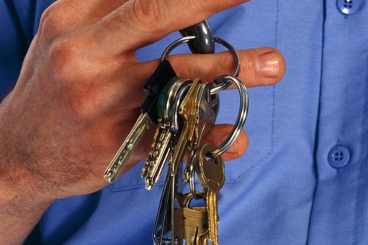 Los supervisores de mantenimiento inspeccionan el trabajo de su personal para asegurarse de que cumple con las normas establecidas.