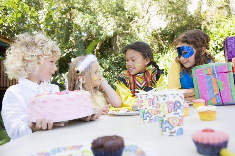 Niños en una fiesta de disfraces.