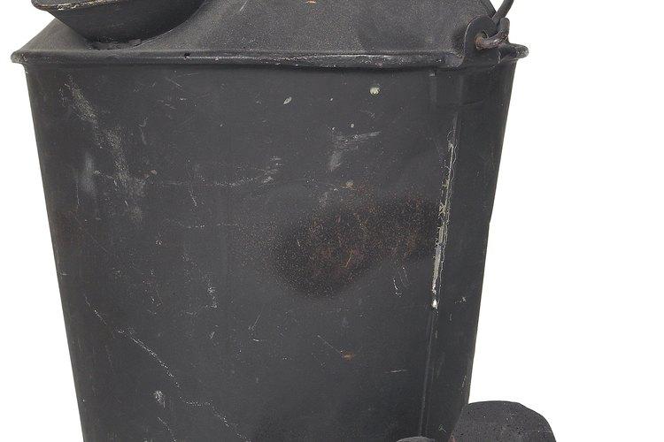 Coloca el azufre y el tabaco en el recipiente con brasas.