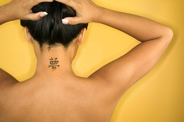 La nuca es un lugar común para hacertce tatuajes.