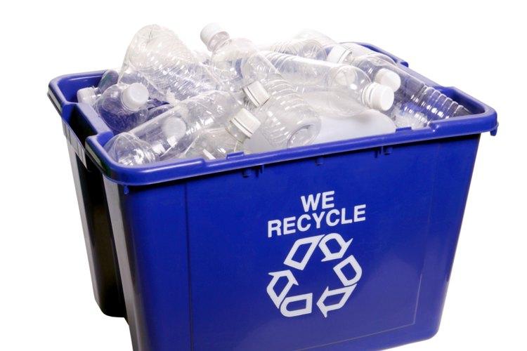 Cómo limpiar botellas de plástico con alcohol.