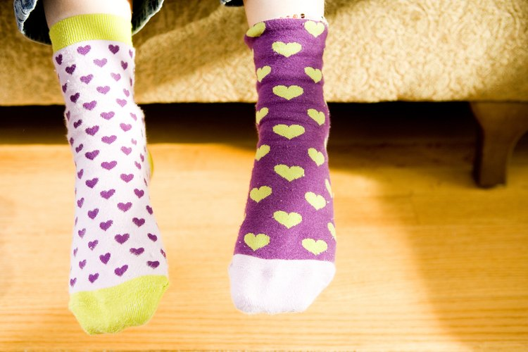 Los calcetines que permiten la circulación del aire pueden ayudar a calmar el problema de los niños de los pies olorosos.