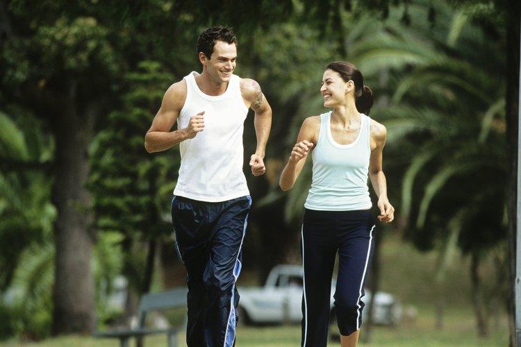 Contrariamente a lo que puedes pensar, los pantalones de correr pueden ayudarte a mantenerte fresco cuando hace calor.