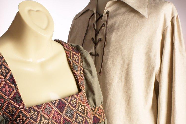 Agrega adornos de encaje y accesorios para completar los elementos de vestir, y recrea trajes al estilo medieval.