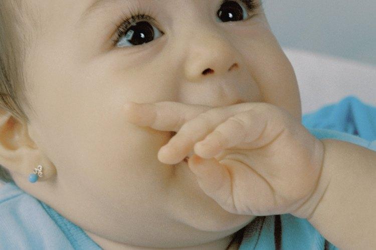 Elige aretes para tu bebé que no pongan en riesgo su seguridad.