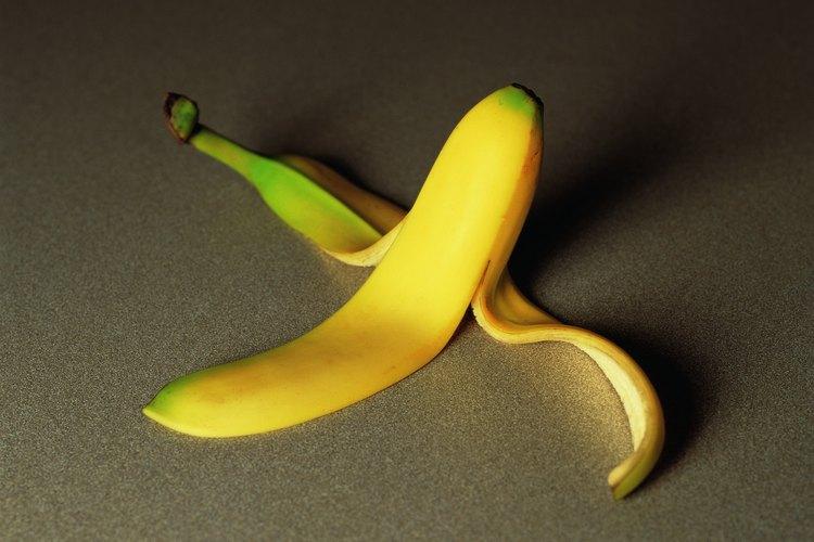 Las cáscaras de banana no son únicamente basura; son alimento para tu jardín.