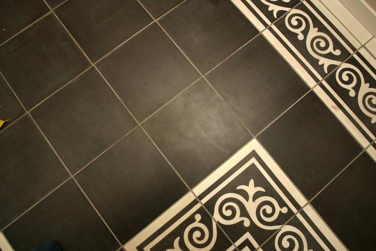 Las baldosas para piso pueden ser de un color o tener diseños en relieve sobre ellas.