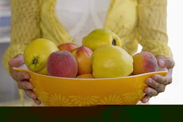 Los nutricionistas diagnostican los malos hábitos alimenticios y les enseñan a las personas acerca de la nutrición.