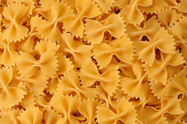 La forma única de la pasta de corbata hace una elección ideal para platos de pastas que contienen mucha salsa.