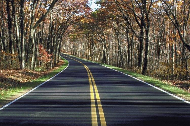 Las líneas dobles amarillas le muestran a los conductores las reglas de la carretera.