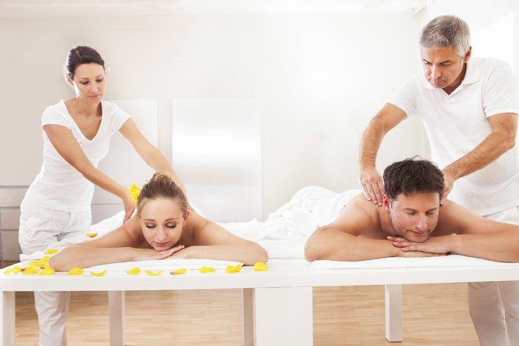 Únete a él para un masaje de parejas en un spa sexy.