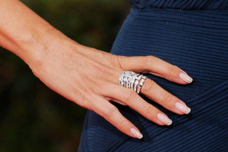 Coloca cada plantilla en tus uñas.