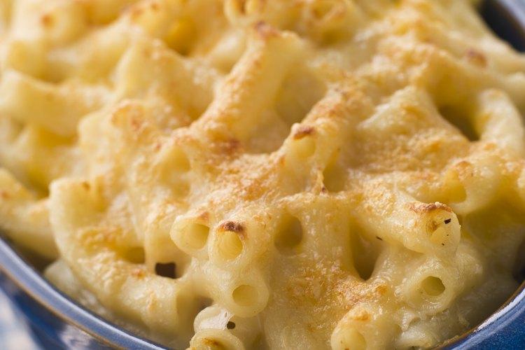 Usa mozzarella en lugar de queso cheddar para preparar macarrones blancos con queso.