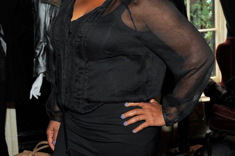 Queen Latifah destaca su figura de manzana con un clásico vestido negro.