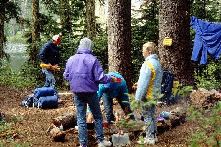 Prepara tu mochila de viaje para acampar en uno de los espacios rústicos o avanzados del lugar.