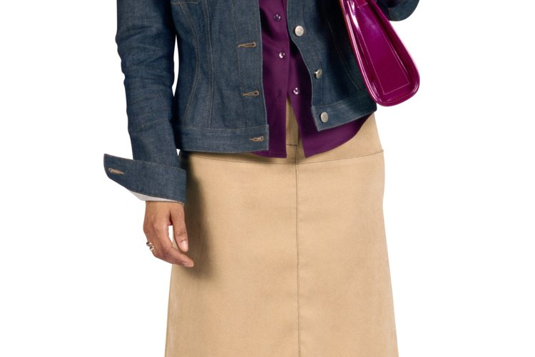 Acompaña una chaqueta de jean con colores brillantes para darle más vida.