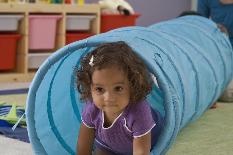 Niña en el jardín de infantes en entrenamiento de esfínteres.