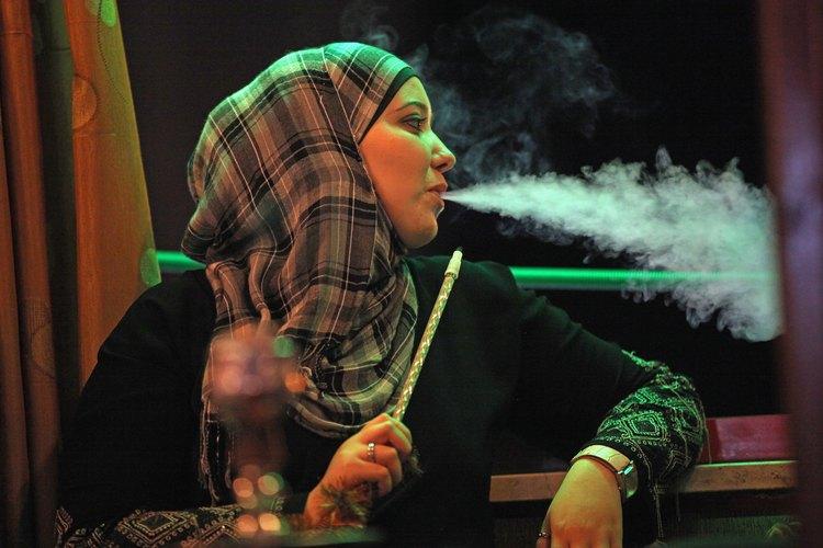 Fumando.