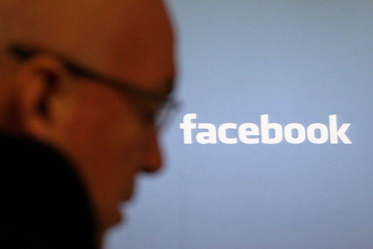 Facebook le permite a los usuarios sugerirse amigos los unos a los otros.