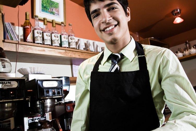 Los baristas a menudo tienen que trabajar temprano en el día para hacer bebidas de café.