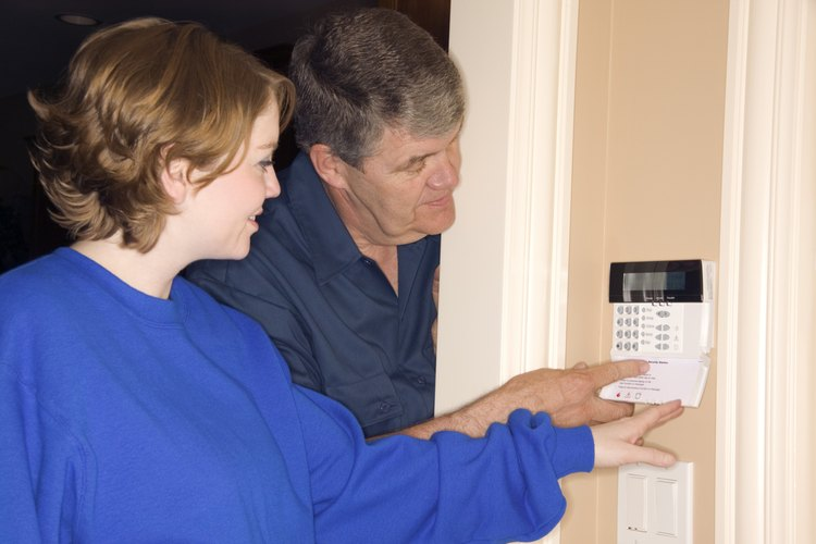 Los sensores de movimiento alertan y ayudan a detener a los invasores de la casa.