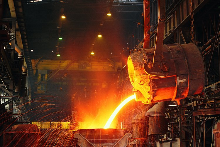 Antes de que los productos de acero se vendan en el mercado, el acero primero debe ser transformado en piezas más funcionales.