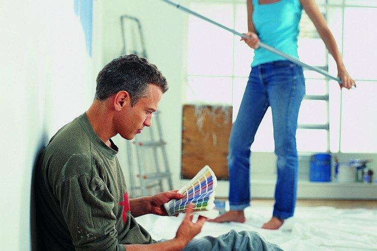 Este tipo de pintura exterior forma una barrera protectora alrededor de tu casa y es más duradera que la pintura de látex a base de agua.