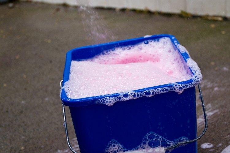 Mezcla dos partes de ácido muriático con una parte de agua en una cubeta.