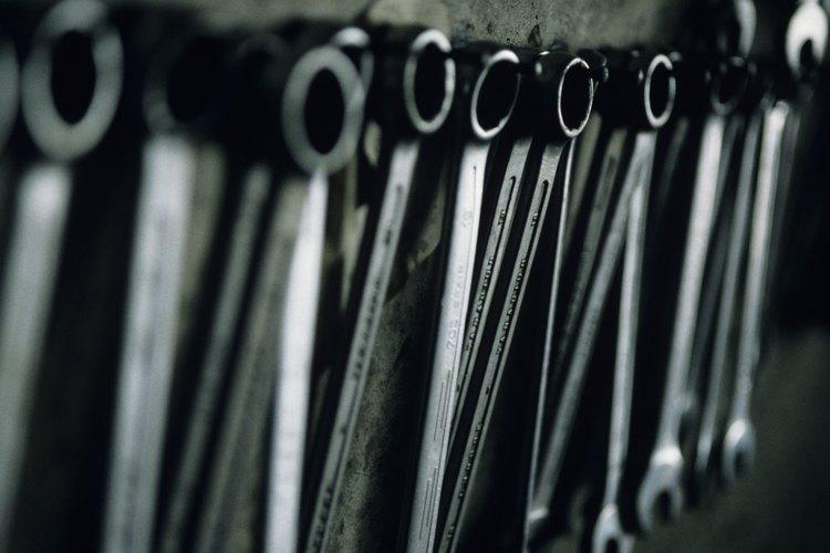 Cuelga las herramientas en un tablero.